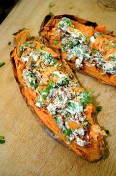 Pieczone bataty nadziewane fetą z suszonymi pomidorami | Przepis | Kuchenne przygody