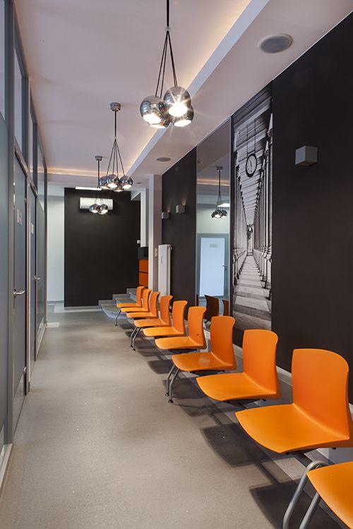 Wystrój poczekalni w przychodni lekarskiej - Poczekalnia w poradni - Wystrój gabinetu lekarskiego.  Zobacz więcej na www.amarantowestudio.pl