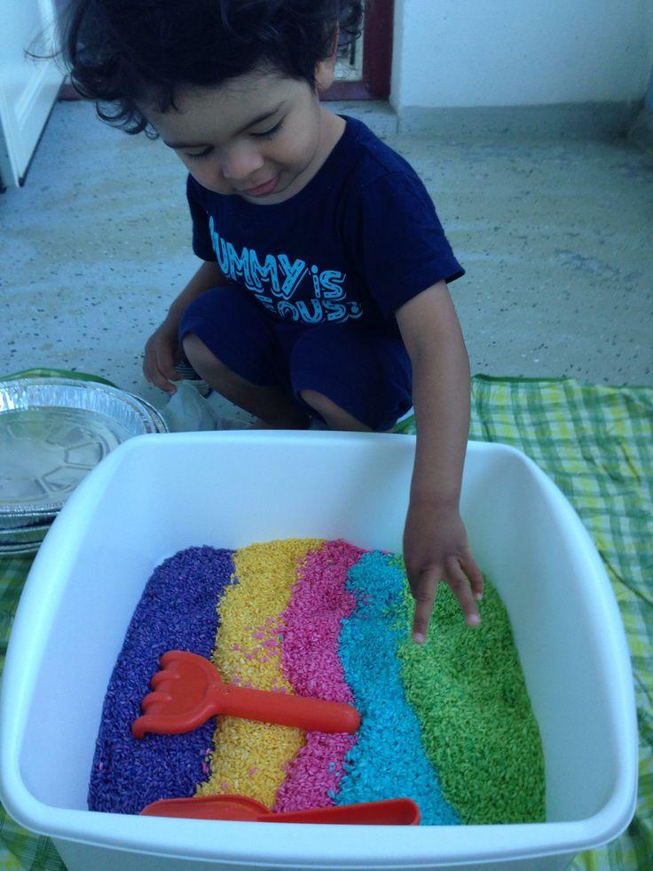 Actividades en la casa: Jugando con arroz arco iris, que me hizo mi mamá