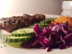 Een heerlijk koolhydraatarm hoofdgerecht, köfte met geraspte wortel en rode kool. Het perzische woord küfta betekent vleesbal. Köfte zijn gehakballetjes volgens turks recept. Köfte wordt vaak gegeten met verschillende soorten rauwkost.