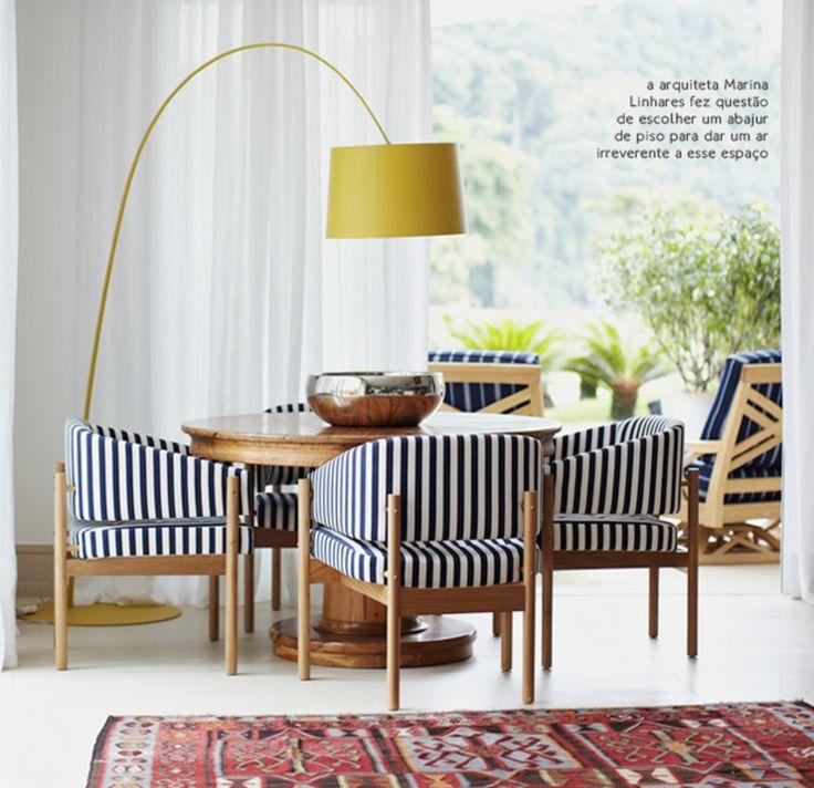 luminária amarela + cadeira azul