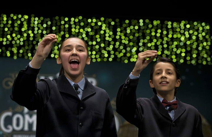 Los niños de San Ildefonso Janna Flores e Ismael Rastrelli han cantado el premio Gordo de la lotería de Navidad para el número 13.437, agraciado con 400.000 euros al décimo. Más información: http://www.rtve.es/loteria