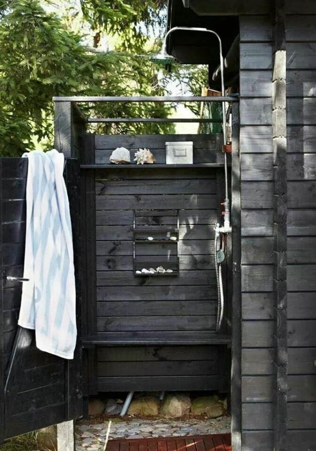 une douche de jardin en acier inoxydable