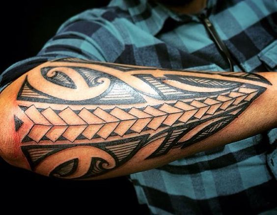 Tatouages ​​maoris - Photos de Tatouages ​​et Meanings - http://clubtatouage.com/2016/06/10/tatouages-%e2%80%8b%e2%80%8bmaoris-photos-de-tatouages-%e2%80%8b%e2%80%8bet-meanings.html #polynesiantattoosforearm