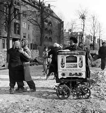 Berlin 1945 Trümmerfrauen tanzen um den Leierkastenmann.