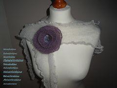 Graziosa spilla lavorata a legaccio per arricchire cardigan, scialli, scaldacollo o come la vostra fantasia vi suggerisce.