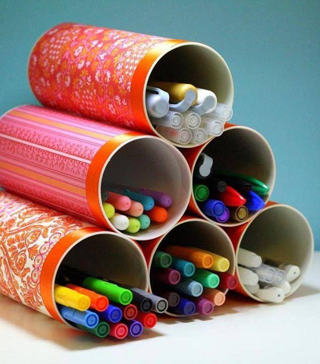 Latinhas de papelão (as de batatas) encapadas e grudadas são ótimas para organizar lápis de cor, canetinhas, giz de cera, etc.
