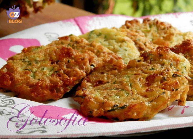 Frittelle di zucchine-200 gr di zucchina, 1/2 scalogno, 2 uova, 70 gr di farina, 2 cucchiai di parmigiano 1 mozzarella, sale e pepe q.b Per friggere  olio di semi q.b Procedimento: Lavate e tagliate le zucchine a julienne, utilizzando una grattugia. Tritate finemente lo scalogno e tagliate la mozzarella a cubetti.