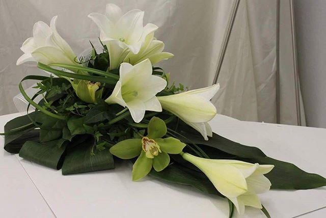 Valkoinen kukkavihko liljoista ja orkideoista. #hautajaiset #suru #kukka #sidonta #surusidonta #surukukat #muistokukat #kukkavihko #hautavihko #suruvihko #kukkalaite #surulaite #hautajaiskukat #orkidea #lilja #orkide #lilium #funeralflowers #instaflower #florist #kurikankukkakontti