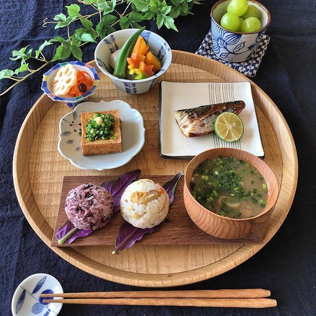 ・ お弁当の残りと常備菜で朝ごはん おはようさんです◡̈♥︎ ・ ・ 今日もすでにお暑うございます ・ いつになったらクーラーのスイッチに手が伸びなくなるのか… ・ ・ みなさん、素敵な週末をお過ごしくださいね ・ ・ ◉#まんまるおむすび(黒米入りごはん・栗おこわ) ◉焼きサヴァ ◉厚揚げ焼き ◉炊き合わせ(里芋・かぼちゃ・オクラ・生麩) ◉蓮根甘酢&人参ラペ ◉なめこの味噌汁 ・ ・ #朝ごはん#朝食#おうちごはん#まきくごはん#和食#常備菜#おにぎり#器#キナリノ#クッキングラム#ロカリキッチン#ロカリクッキング#lin_stagrammer#igersjp#KURASHIRU#food_kurashiru#breakfast#washoku#japanesefood#onigiri#food#foodpic#instafood#instapic