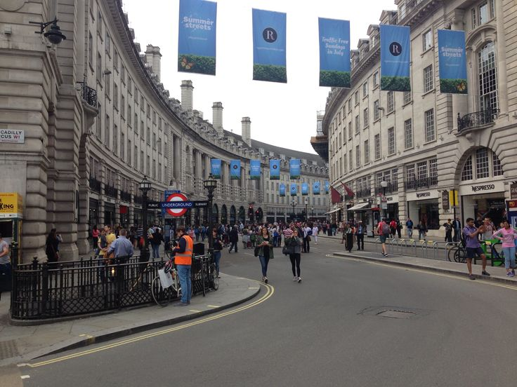 Regent street forming a crescent. Piccadilly circus architecture