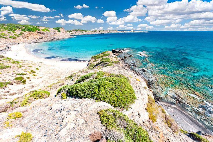LA PLAYA CON LAS MEJORES VISTAS DEL NORTE DE MENORCA (Playa de Cala Presili, Menorca).