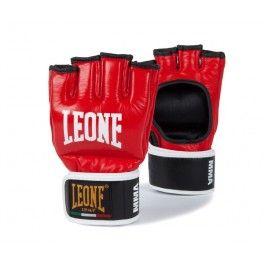 Gant MMA en Cuir Rouge Leone1947 Gants de MMA en cuir parfaits pour toutes les disciplines d'Arts martiaux mixtes. Leur maniabilité distinctive permet aux combattants d'effectuer d'excellentes prises et leur rembourrage renforcé protège des traumatismes et des contusions.