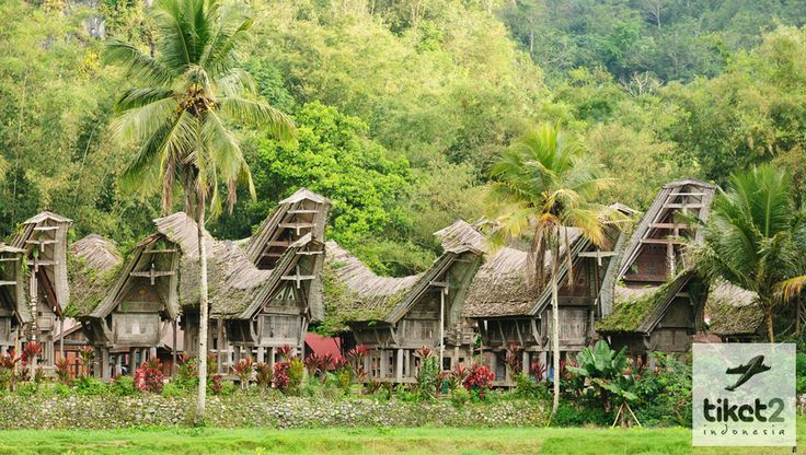 Rumah Adat Toraja atau yang biasa disebut dengan Tongkonan, kata tongkonan sendiri berasal dari kata tongkon yang bermakna menduduki atau tempat duduk ^^