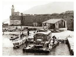 Δεκαετία '50. Η παλιά Περαταριά. Το παλιό χειροκίνητο ferry.
