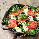 Een heerlijk recept: Salade met gegrilde aubergine tomaat en mozzarella