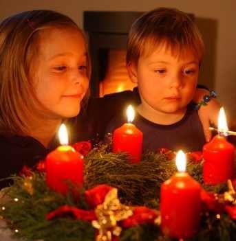 Adventskränze gibt es in der Adventszeit fertig geschmückt überall zu kaufen, sogar im Supermarkt. Aber einige Familien machen die Kränze aus Tannengrün und Draht selbst und schmücken sie dann mit farbigen Kerzen, Kugeln oder Schleifen.