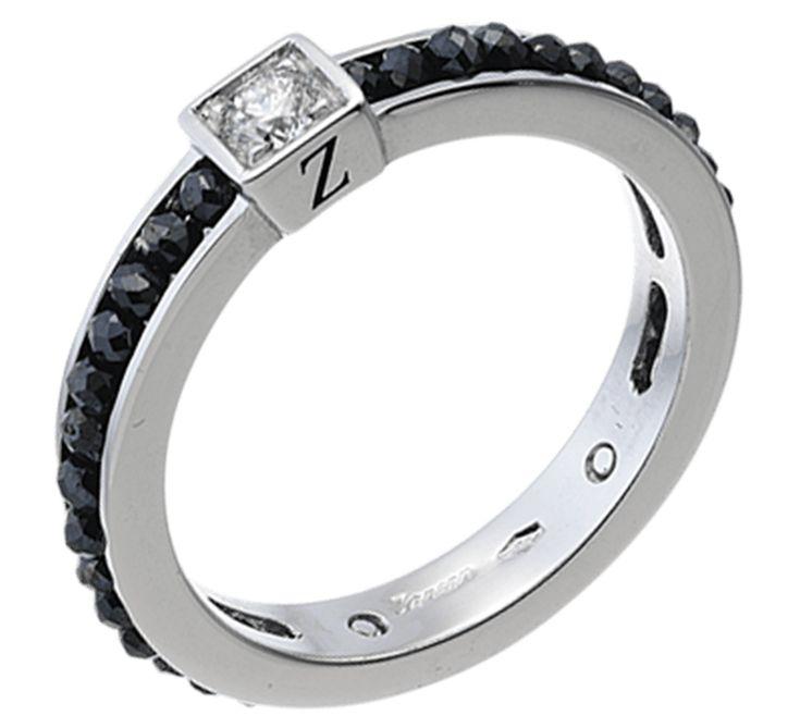 Роскошное и стильное золотое кольцо с крупным бесцветным бриллиантом и с дорожками из черных драгоценных камней. Красивый контраст черного и белого – позитивная символика противоположностей. Золотое кольцо с уникальными черными бриллиантами создано для тех, кто предпочитает эффектные ювелирные изделия. Предлагаем Вашему вниманию другие украшения ювелирного бренда Black Magic Zancan.