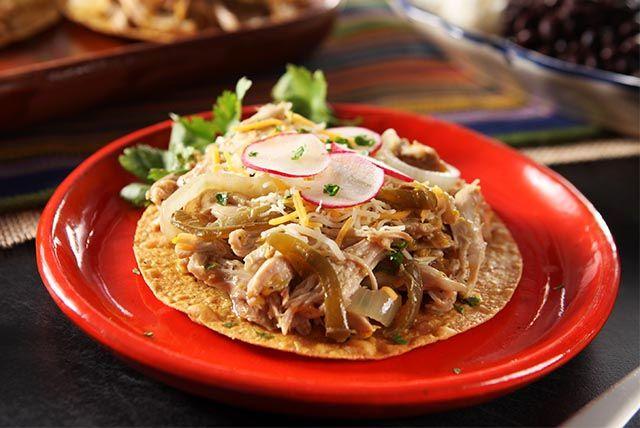 Tostadas au poulet mojo-----------------------Les tostadas, qui sont des tortillas plates ou en forme de coupes, comptent parmi les mets mexicains incontournables. Nous en avons fait la base de notre poulet effiloché. Ne manquez surtout pas d'essayer cette recette!