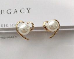 Elegantné naušnice v zlatej farbe v tvare srdca s perlou.