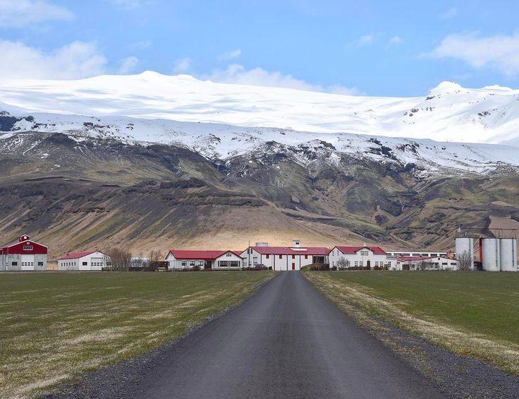#Eyjafjallajokull il vulcano che paralizzò i cieli nel 2010! #rainbowRTW in #Islanda le meraviglie naturali non finiscono mai in un museo poco distante da qui si può vedere un documentario che racconta la potente eruzione gli abitanti della fattoria ai suoi piedi raccontano il timore la preoccupazione e la speranza durante i giorni del cataclisma. Senza dubbio uno dei luoghi più emozionanti de #leviedelnord! www.leviedelnord.com #visiticeland