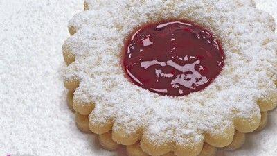 Linecké cukroví - 500 g hladké mouky, 250g moučkového cukru, 250g másla, 3 žloutky, 2-3 lžíce mléka
