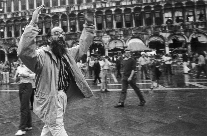 Emilio Vedova contesta la polizia alla Biennale di Venezia del 1968. Ph. Berengo Gardin
