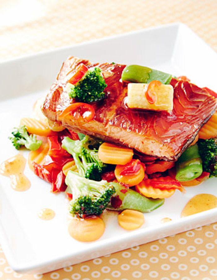 Apetit-reseptit - Chilikastike kalalle ja kasviksille viimeistelee annoksen. #koukussakalaan #vieraillejajuhlaan #helpompiarki