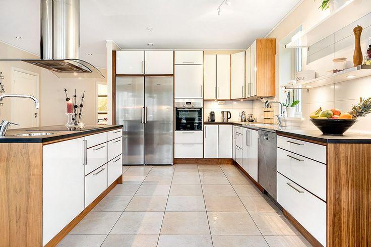 Socialt och öppet kök från Ballingslöv som med fönster ovan diskho och med en köksö är ett trevligt kök att vistas i oavsett om man är helt själv eller ha flera gäster. Goda förvaringsmöjligheter och rostfria vitvaror såsom diskmaskin, inbyggnadsugn, spishäll, fläktkåpa, kyl och frys (alla från Siemens). På köksön bredvid spishällen finns en extra vask som är mycket praktisk vid matlagning.