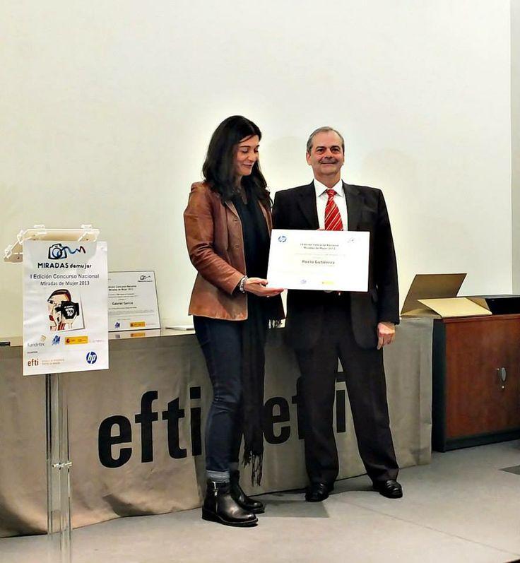 "La fotógrafa Rocío Gutiérrez recoge el primer premio por su imagen ""Creamy"". Premio cedido por HP"