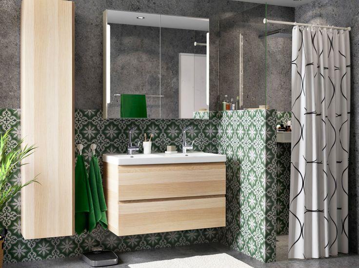 Salle de bains avec un meuble lavabo et une armoire haute en chêne blanchi, combinés à un meuble à miroir avec éclairage intégré.