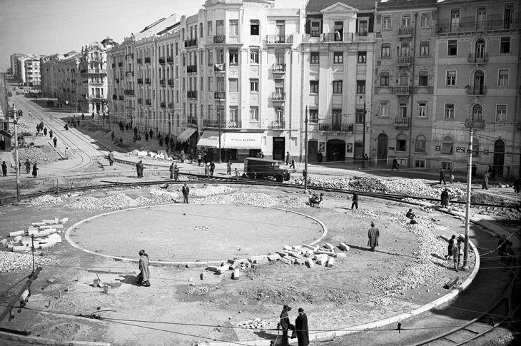 Em 1942, a Praça do Chile vai receber a estátua do Neptuno. Ela será transferida para a Estefânia, quando a Praça do Chile a substitui pela estátua de Fernão de Magalhães, em 1950, oferecida pelo Chile. Local: Praça do Chile Fotógrafo desconhecido.