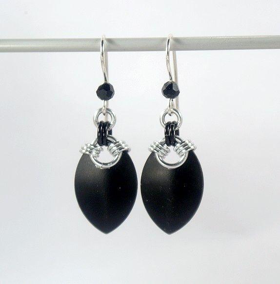 Simple scale earrings, black