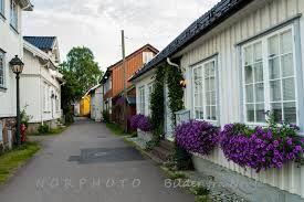 Nordbyen Tønsberg Nordbyen er en liten bydel og ei gate i Tønsberg i Vestfold som ligger mellom Slottsfjellet og Tønsbergfjorden og våtmarksområdet Ilene i nord.   Nordbyen består av en smal gate med Tønsbergs eldste sammenhengende trehusbebyggelse. Der ligger også byens eldste hus, Nordbyen 16, også kalt Bentegården. Nyere undersøkelser viser at huset trolig ble bygd rundt 1690.