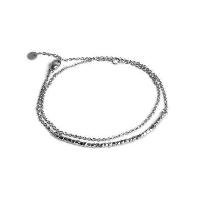 Perlenarmband mit Kette, aus Sterlingsilber Das Armband besteht aus einem Stab mit Silberperlen sowie einer Ankerkette. Das Armband wird zweimal um das Handgelenk gewickelt und mit einer Karabinerschließe verschlossen. Sein Design verleiht dem Armband einen minimalistischen und eleganten Ausdruck.