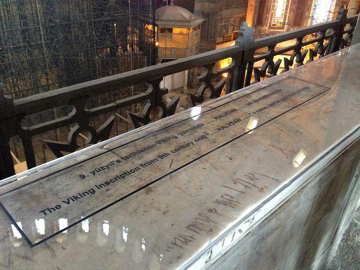"""Ayasofya'da 1000 yıl önce şehrimize gelmiş muhtemel Viking savaşçısı Havldan'a merhaba deyin! Güney galerinin orta kısmında, mermer korkulukların üzerinde Vikinglerden kalma bir yazı bulunmaktadır. 9. yüzyıla ait olduğu tespit edilen bu yazıda , """"Halvdan buradaydı"""" ibaresi yazılıdır. Yazının Doğu Roma Dönemi'nde orduda paralı asker olarak çalışan bir Viking askeri tarafından yazıldığı düşünülmektedir.  In Hagia Sophia, say hello to Halv, the possible Viking warrior who came to my town 1,000…"""