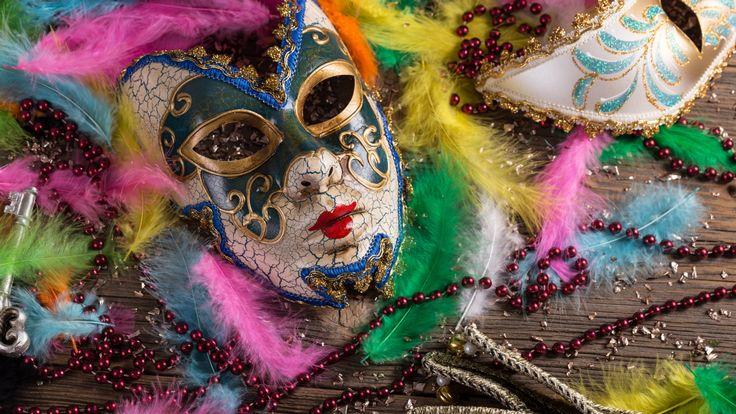 Carnevale a Pantelleria, è qui la festa! - L'inverno a Pantelleria è solo apparentemente una stagione di riposo: già poco dopo Capodanno e fino al martedì grasso, sull'isola è tempo di Carnevale. Una grande festa le cui origini affondano nel tempo e che per almeno due mesi - a volte anche