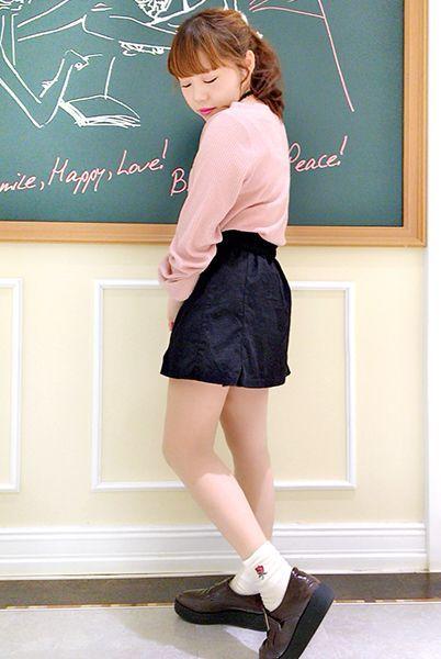 ピンクのトップスにベロア風素材のソックスで女の子らしさを。 ワンポイントのバラでさらにガーリーな印象に。  『ベロア風ワンポイントバラ刺繍ソックス』¥350+税 color : オフ白 (その他スタッフ私物)  当店のお取り扱いアイテム: レッグウェア、インナー、ルームウェア