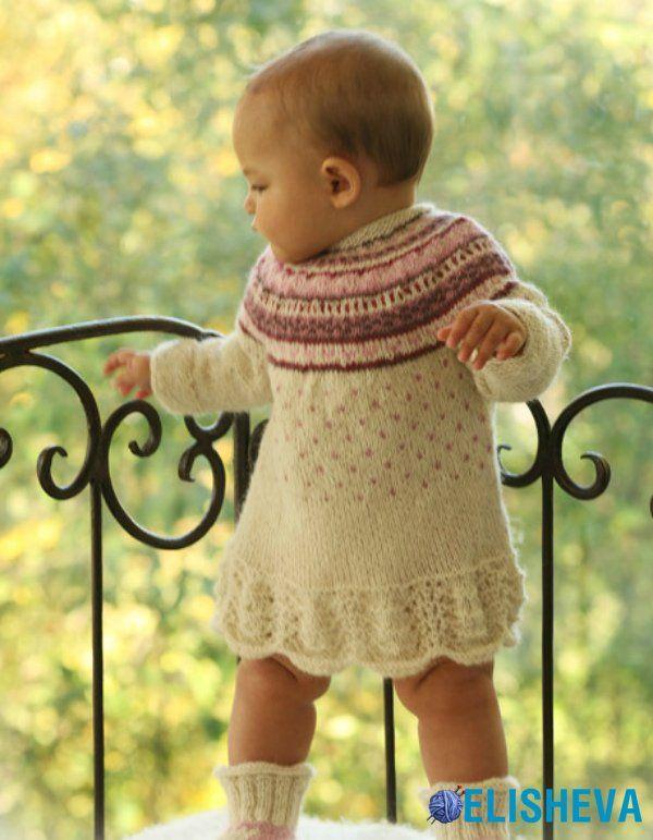 Платье спицами для девочки с жаккардовым узором от Drops Design, вязаное спицами