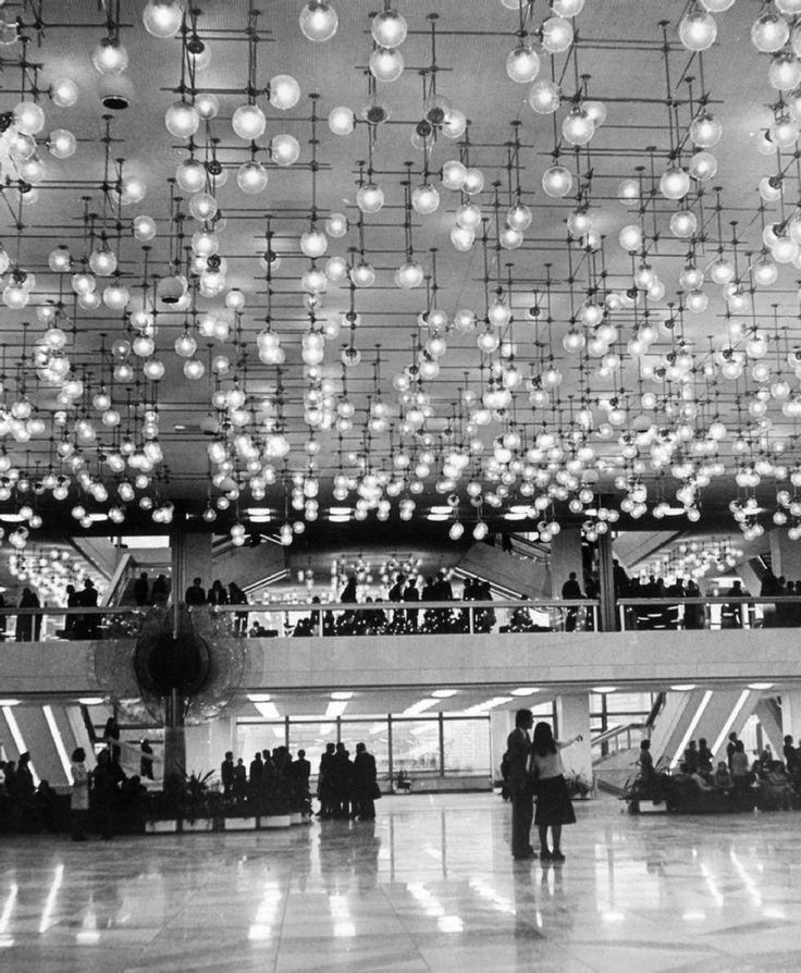 """Erichs Lampen leuchten im Rotlichtbezirk: Vor vier Jahren kaufte Mathias Storm eine riesige Lampen-Konstruktion für 2000 Euro und brachte diese in seine Bar nach St. Pauli. """"Wir brauchten einen 7,5-Tonner, um die 4000 Glaselemente nach Hamburg zu transportieren. 500 Teile gingen dabei kaputt, erinnert sich der Bar-Betreiber vom Kiez. Imposant sind Erichs aber Lampen immer noch."""