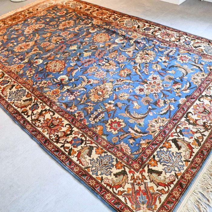 Schitterende blauwe Tabriz tapijt - 309 x 198 - prachtige uitstraling en kwaliteit  Maak kennis met deze bijzondere Tabriz. Het is een mooi robuust tapijt met een prachtig design en uitstraling.Het tapijt verkeert in goede conditie en heeft niet veel gebruikerssporen. Formaat ca. 309 x 198 cmBekijk de foto's en laat u overtuigen.Met dit tapijt haalt u een zeer bijzonder en gewild tapijt in huis dat nog jaren meegaat.Het kleed wordt aangetekend en verzekerd verzonden met track en trace. S249…