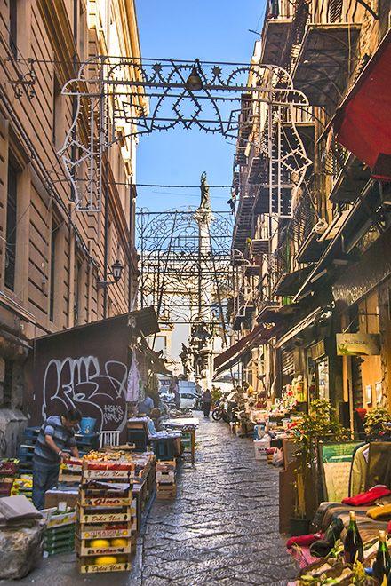 """Palermo - bekannt für seine Märkte in den Gassen der Altstadt - hier der berühmteste """"Vucciria"""": https://www.trip-tipp.com/sizilien/ausfluege-stadt/palermo.htm#Vucciria #sizilien #sicily #sicilia #palermo"""