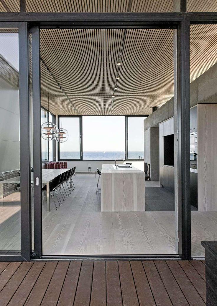 ET DEILIG STYKKE DANMARK: Fra det kombinerte stue- og kjøkkenrommet har du enorm utsikt over stranden og havet.