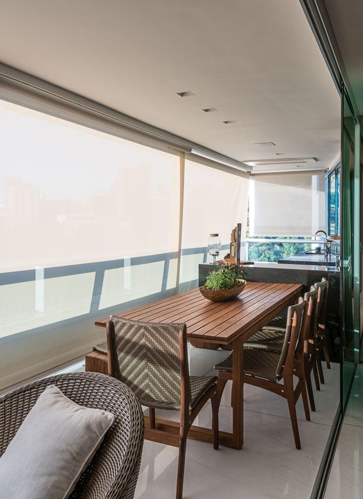 Varanda, mesa de madeira, cadeira para varanda, poltrona, toldo, varanda gourmet, blindex, apartamento, varanda pequena cadeira de madeira, poltrona de fibra