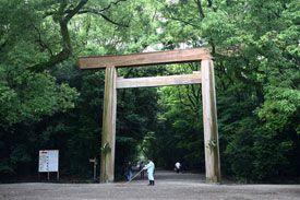 愛知県名古屋市の熱田神宮です。-Atsuta Jingu (Nagoya City,Aichi)- 伊勢神宮に次ぐ権威のある神社として天叢雲剣が祀られている神社です。もともとは尾張造という尾張地方独特の社殿様式だったのですが、戦争で焼失があり、現在の社殿は1995年に建てられたものだそうです。 社地を覆う熱田の杜には、たくさんの摂社や末社が祀られています。中でも熱田七社と呼ばれる7つのお宮は重要なものだそうです。