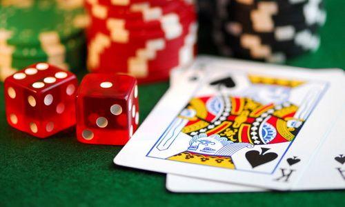 Каждый, кто хоть раз сидел за игровым столом в онлайн покер руме, наверняка знает, что игровые фишки имеют разные цвета. Как вы наверняка догадываетесь, сделано это не столько по эстетическим соображениям, сколько из-за желания более наглядно указать на номинал фишки.