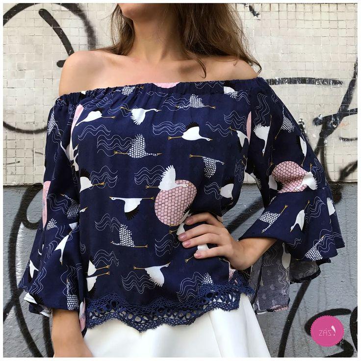 Bom dia com pássaros, decote ombro a ombro, detalhes em renda e muita lindeza nessa blusa! #vemprazas