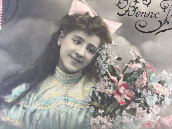 Zoete tienermeisje * tiener dromen * mollige lippen * lang golvend haar * roze boog * Girly romantische foto * antieke briefkaart omstreeks de jaren 1900