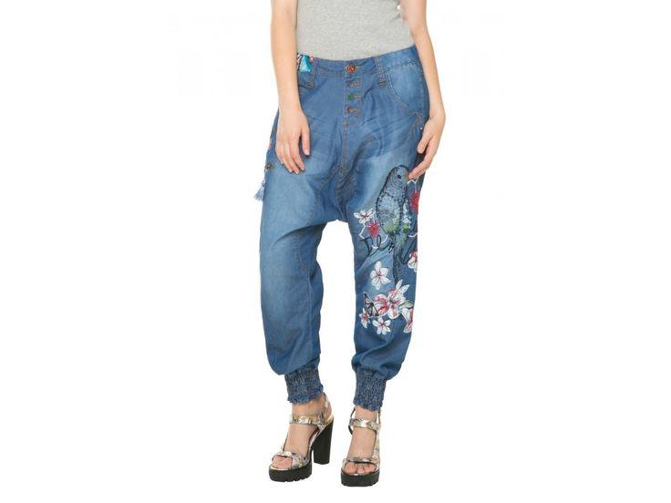 Desigual modré kalhoty Edith. 61D26D1 / 5053 Desigual kalhoty se sníženým sedem.