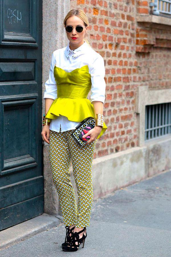 Street style look top com camisa e calça.